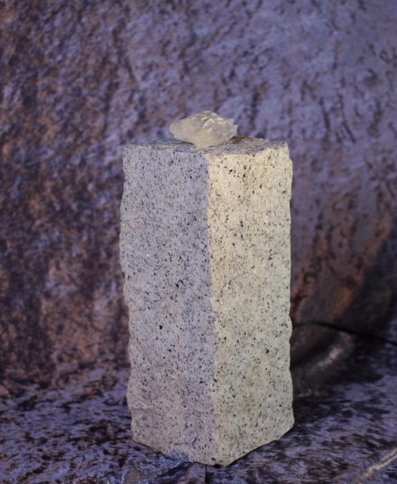 stelen aus granit oder basalt mit bergkristall. Black Bedroom Furniture Sets. Home Design Ideas