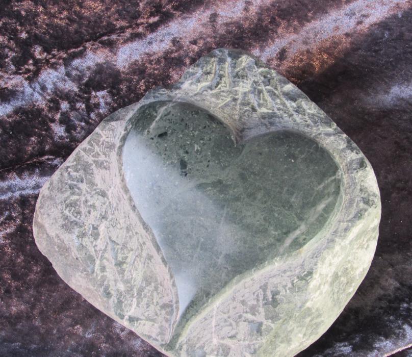 Herz aus stein gehauen serpentinit oder marmor poliert for Dekosteine rund